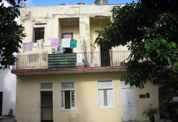 La Casa Museo de Camilo Cienfuegos ocupa los bajos del inmueble, en el barrio habanero de Lawton