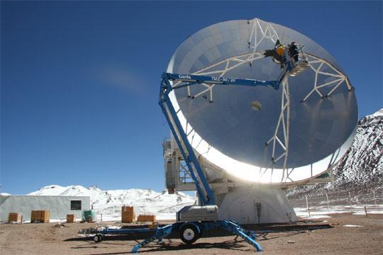 El Telescopio Apex está situado a una altitud de 5.100 metros sobre la árida meseta de Chajnantor en los Andes chilenos