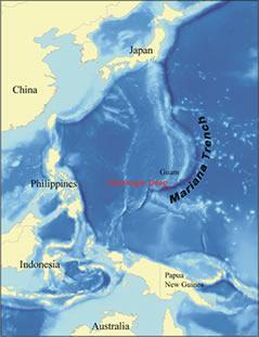 La Fosa de las Marianas es el lugar más profundo del oceáno y del planeta mismo. Se encuentra en el oceáno Pacífico, entre la costa Indonesia y la de China, alcanzando casi los 11000 metros de profundidad