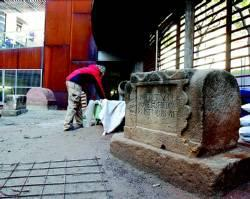Trabajos en la restauración de una de las sepulturas de la plaza