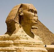 La Gran Esfinge de Giza cercana a la actual ciudad de El Cairo y de la antigua Menfis