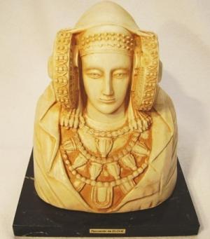 Dama de Elche en pedestal de mármol