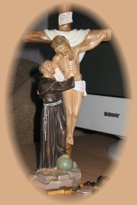 Kompiuteris - veikla šiandieniniame pasaulyje,             rožinis - malda,             Jėzaus ir šv.Pranciškaus scena - meilė ir pasiaukojimas.