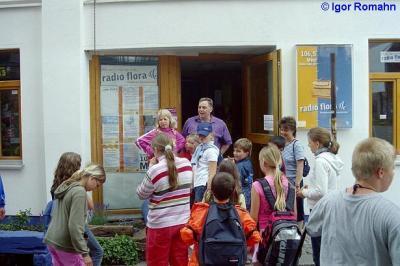 Die Klasse 4a von 2005 der Pestalozzischule in Helmstedt vor dem Flora Funkhaus!