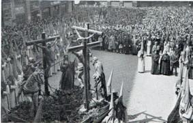 Cofradía de las siete palabras durante el transcurso de su procesion, independiente del Santo Entierro.(Paso conocido como la lanzada, actualmente es procesionado por la cofradía de la crucifixión)