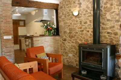 Salón comedor con chimenea y cocina