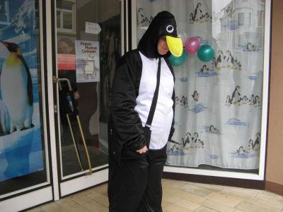 Der arme Pinguin muß wie alle anderen noch warten.