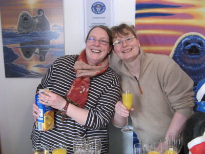 Zwei der vielen freiwilligen Helfer - immer noch gut gelaunt...