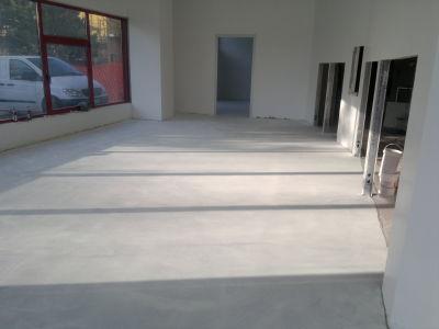 Creativit per la casa pavimento in resina lavanderia for Laghetto in resina