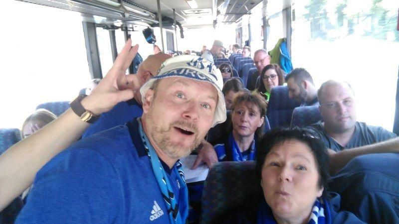 """Die Vorstandsmitglieder Doris und Karsten im Bus"""""""