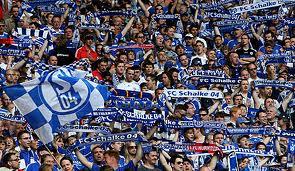 Schalke Fans mit hochgehaltem Schalke-Schal