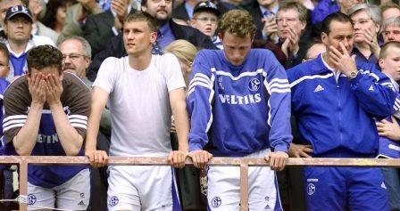 Gruppe Schalker Spieler mit Tränen in den Augen