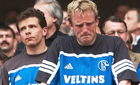 Zwei Schalker Spieler nach Spielende - maßlos enttäuscht