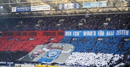 Stadionbild, gemeinsame rot-schwarze und blau-weiße Choreografie von Nürnberg und Schalke