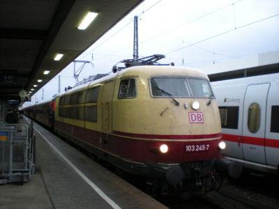 103 245 mit unbekanntem D-Zug (wegen Ausfall ICE-T)