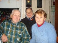 Іван Сердюк з головою села Ніною Качурою та донькою Валентиною.