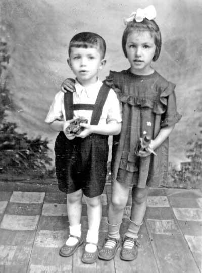 Надія Олексіївна Кокіна(внучка Вєсєлова) з братом Михайлом, 1951 р.