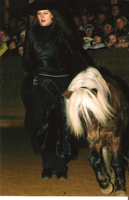 Jessica Suckertt, als Hexe mit dem gekörten Hengst Ricco
