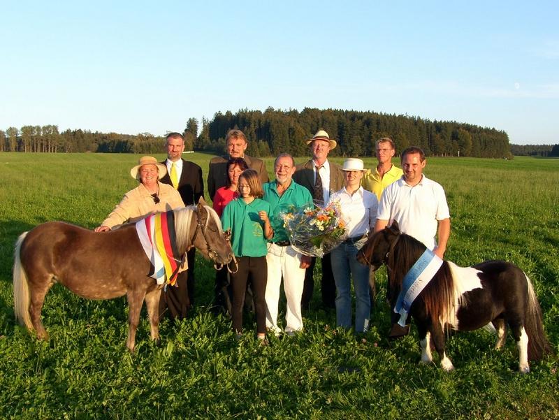 Gesamtsiegerponys des 2. Süddeutschen Shetty-Tages, die Classic-Stute Heather und der Orginal-Minihengst Blazefield Franco
