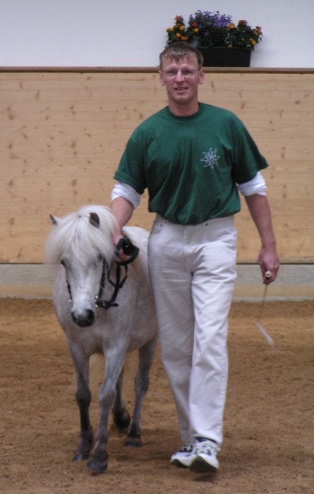 Gesamtsiegerstute der Landesschau 2004 Upsala mit ihrem Besitzer Artur Nieberle
