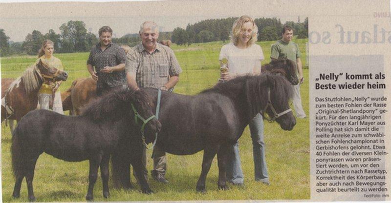 Über den Sieg des Stutfohlens Nelly freuen sich der Züchter Karl Maier aus Polling und die Ponyvorführerin.