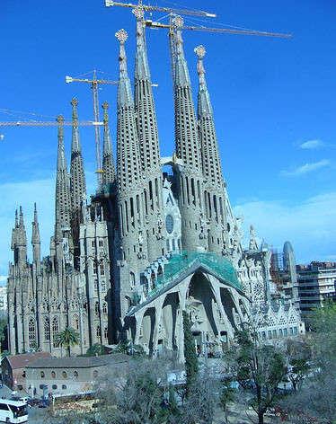 el templo expiatorio de la sagrada familia conocido simplemente como la sagrada familia es un gran templo catlico de barcelona espaa diseado por el