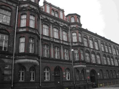 budynek szkoły od frontu