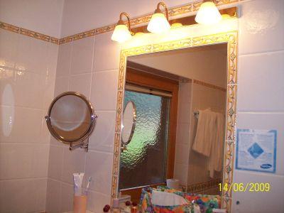 Der prunkvolle Spiegel im Badezimmer