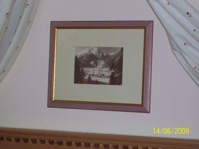 Ein Bild, das im Zimmer an der Wand hängt