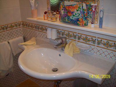 Waschbecken und Spiegel vom Badezimmer