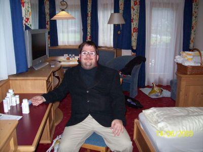 Ich sitze auch mit Sakko bekleidet auf einem Stuhl