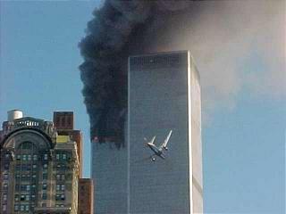 EL IMPACTO EN LA TORRE: El momento justo en que el avión de pasajeros se disponía a chocar la mole de concreto.