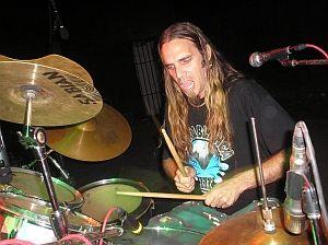 Douglas Pérez, director y baterista de la banda cubana Azotobacter