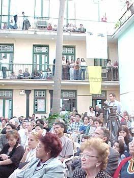 El patio del Centro Cultural Pablo de la Torriente Brau durante un concierto A guitarra limpia