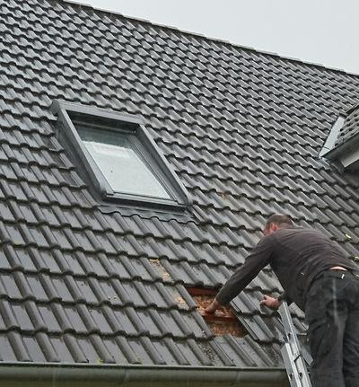 Zimmerei Sven Gerlach - Velux Dachflächenfenster mit Solar Rolladen