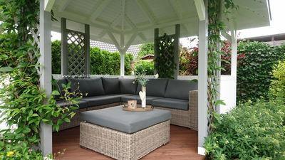 Pavillion im Garten aus Holz mit Gartenlounge aus Rattan Holzpavillon