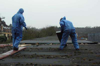Zimmerei Sven Gerlach - Asbestarbeiten mit Schutzbekleidung und Schutzmaske
