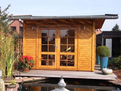 Zimmerei Sven Gerlach - Gartenhaus mit Flügeltür am Teich
