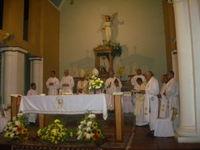 Sacerdotes junto al Padre Guido Kaisin, durante la Misa.